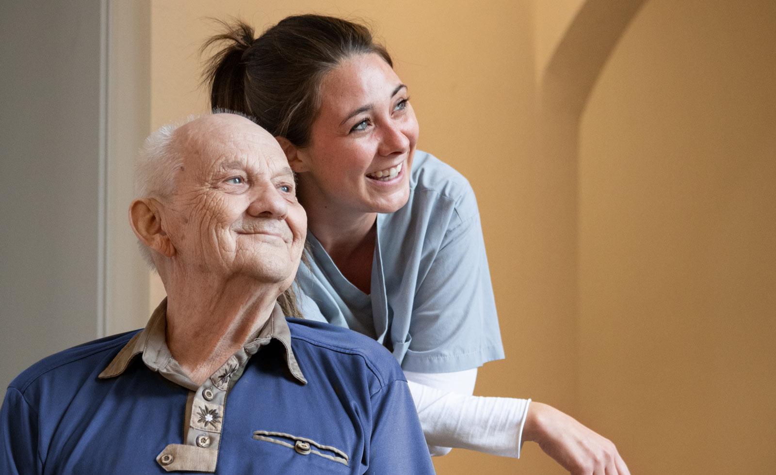 Stiftung Hospital St. Cyriaci et Antonii – Altenpflegerin und Senior in der Stiftung Cyriaci et Antonii