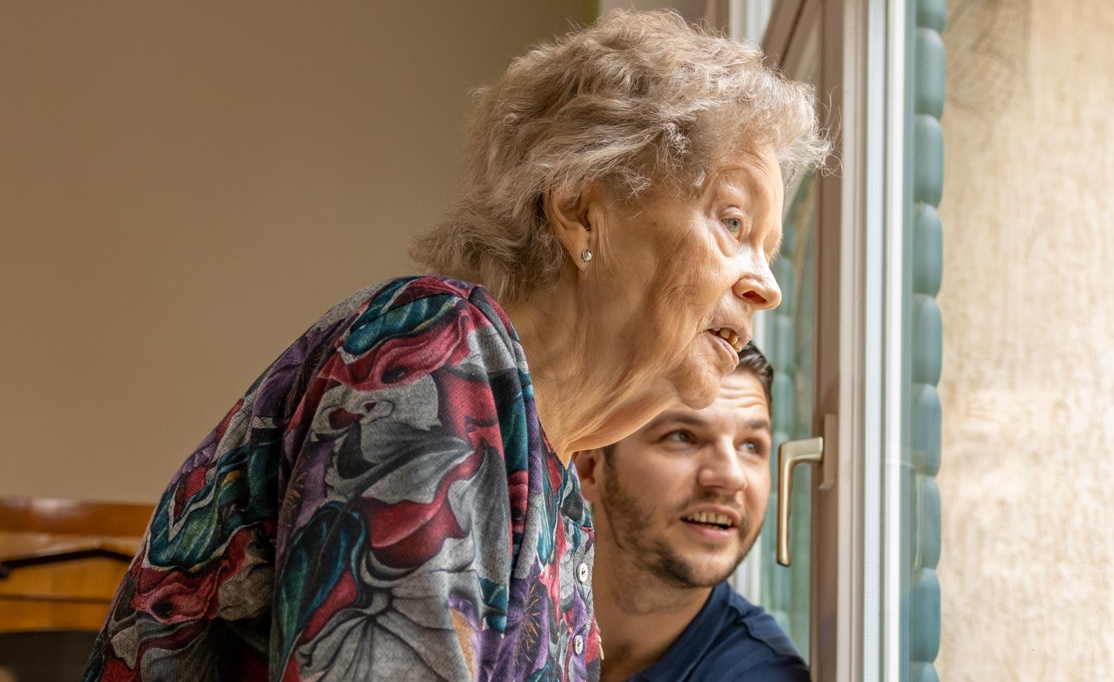 Stiftung Hospital St. Cyriaci et Antonii – Seniorin und Pfleger am Fenster